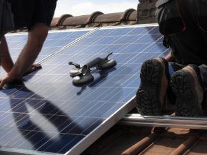 installation panneau solaire toiture 300x225 - installateur de panneaux photovoltaïques - installateur de panneaux photovoltaïques